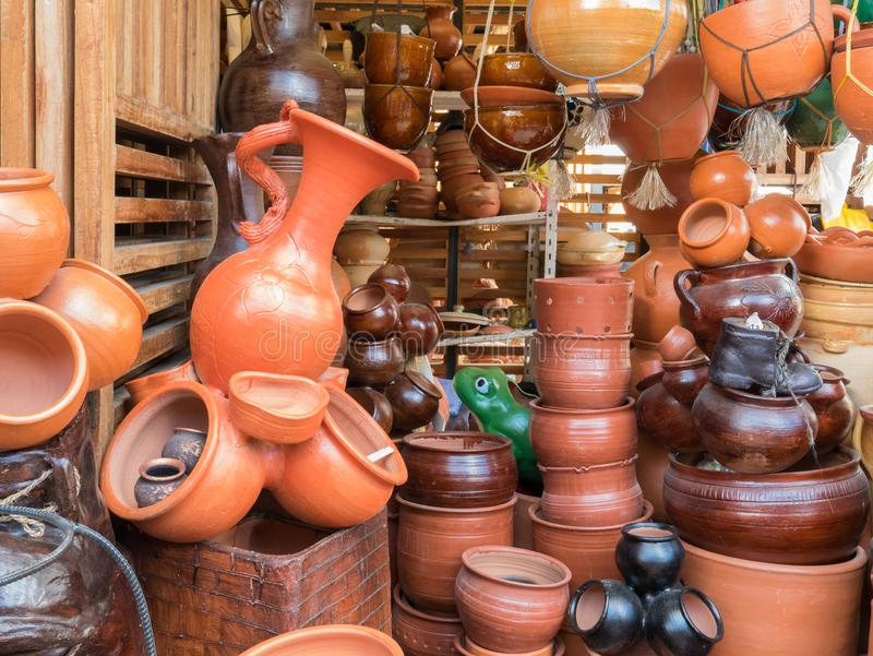赤土陶器罐在市场上在昆卡省 免版税库存照片