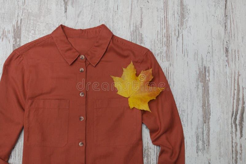 赤土陶器衬衣和枫叶 时兴的概念 免版税库存图片