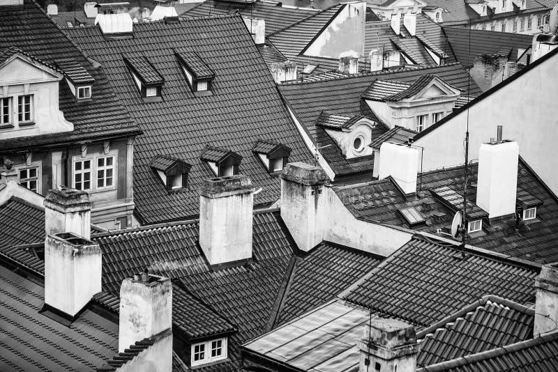 赤土陶器铺磁砖了有烟囱的屋顶 免版税库存图片