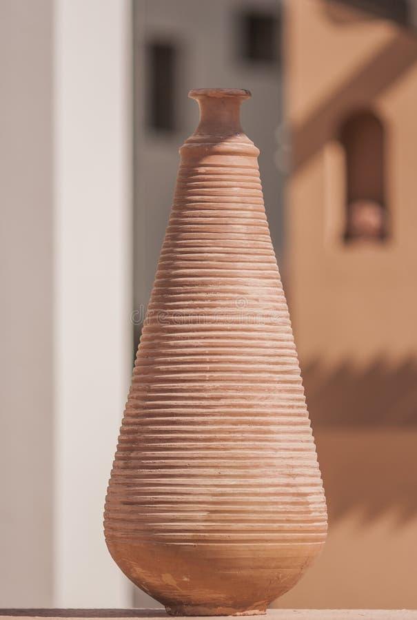 赤土陶器黏土花瓶在一个晴天露天站立 库存图片