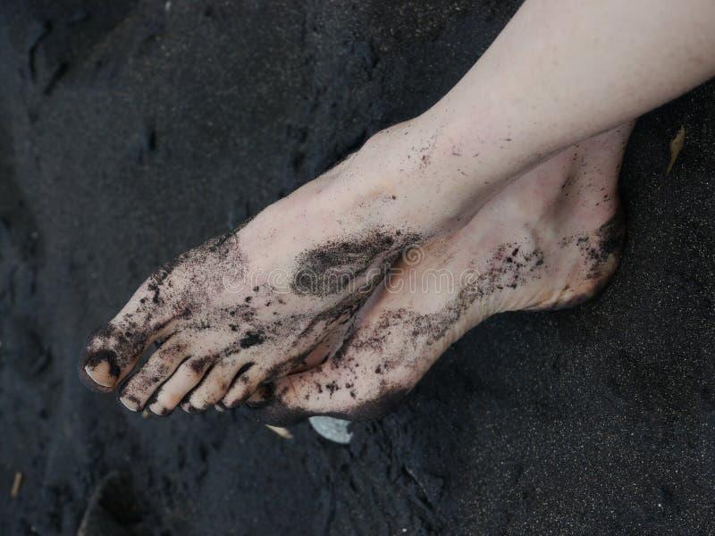 赤脚黑沙子 免版税图库摄影