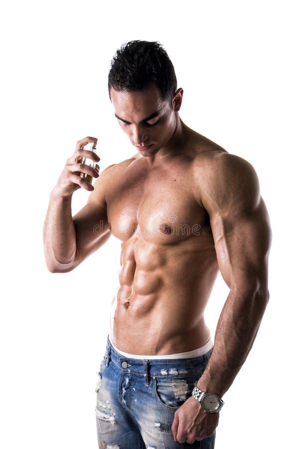 赤裸上身的男性模型喷洒的科隆香水 库存照片