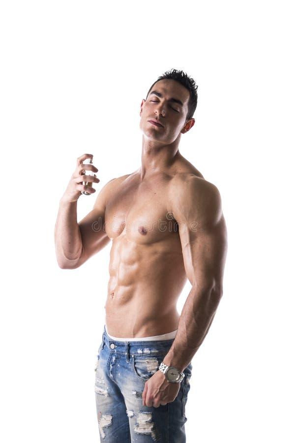 赤裸上身的男性模型喷洒的科隆香水 免版税库存照片