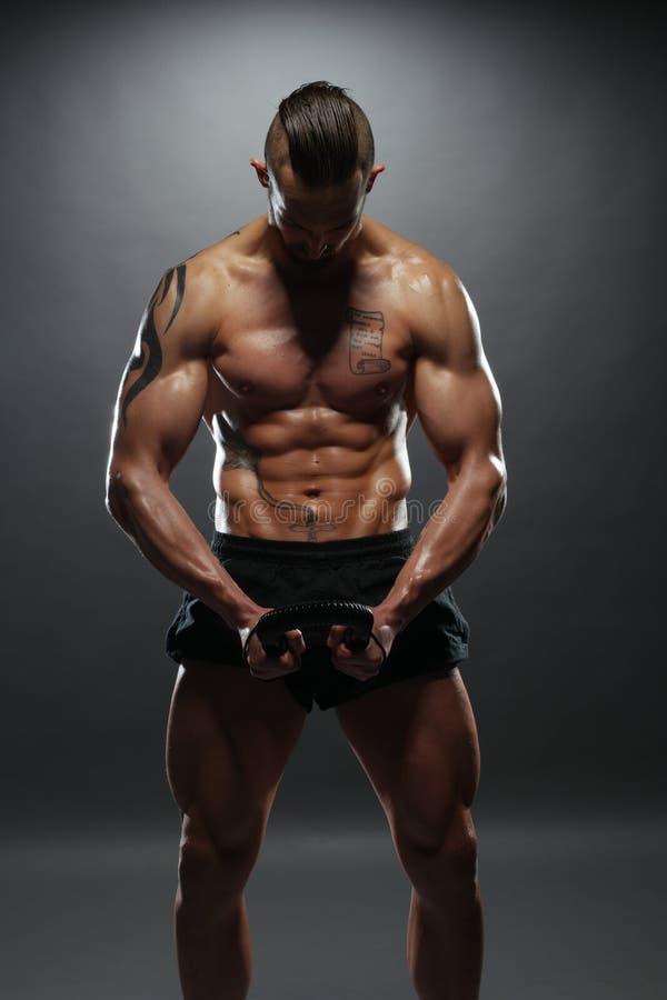 赤裸上身的肌肉人弯曲的力量扭转者酒吧 免版税库存图片