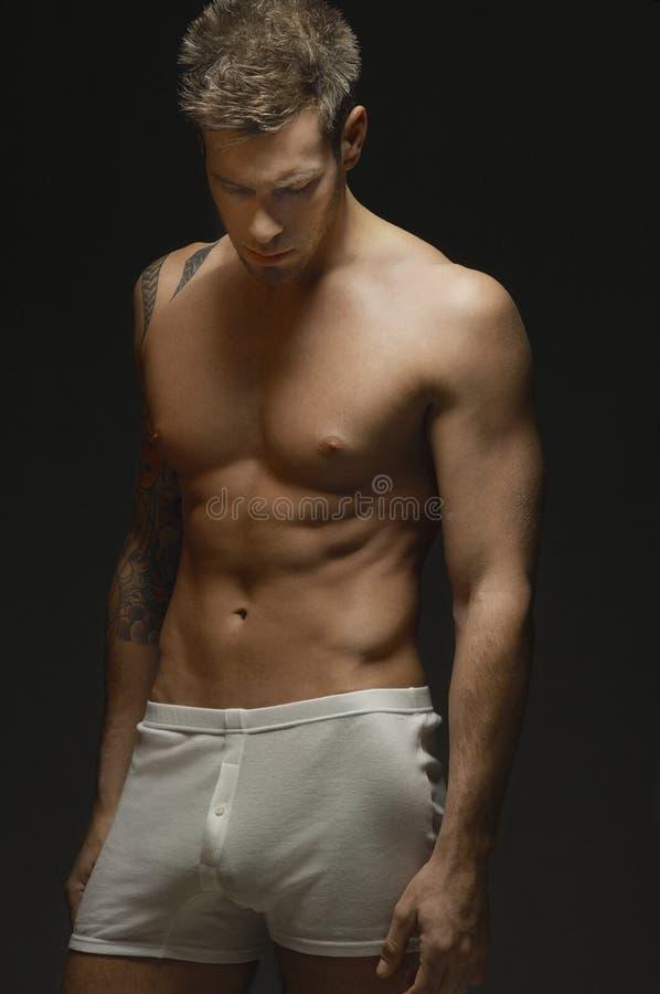 赤裸上身的肌肉人 库存图片