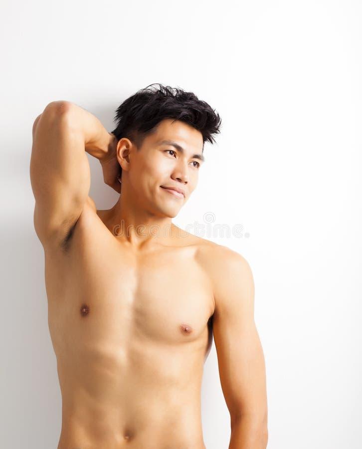 赤裸上身的肌肉年轻亚裔人 免版税库存图片