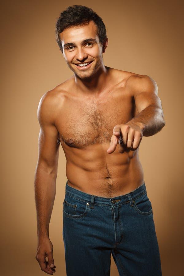 赤裸上身英俊的肌肉的人 图库摄影