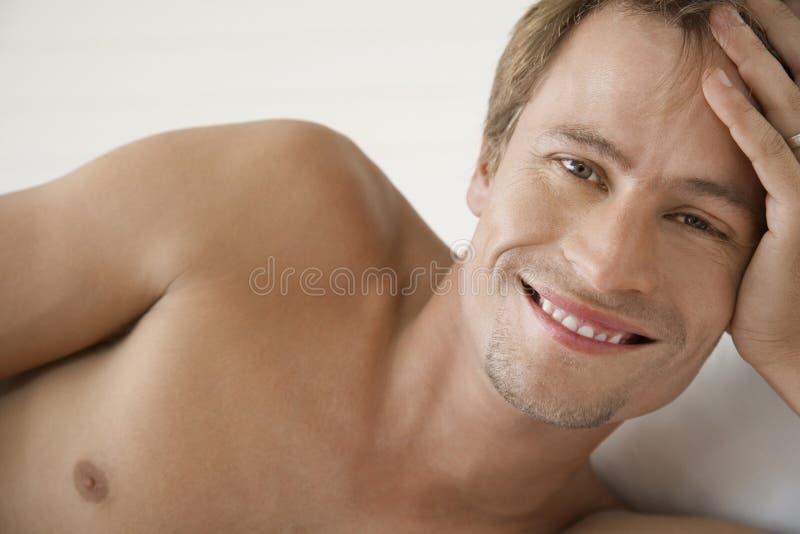 赤裸上身年轻人微笑 库存图片