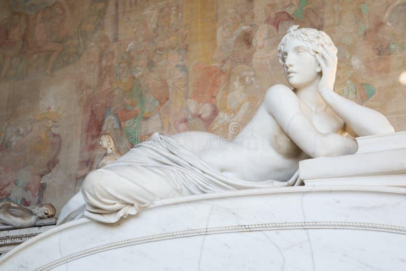 赤裸妇女老美丽的雕象在比萨 库存照片
