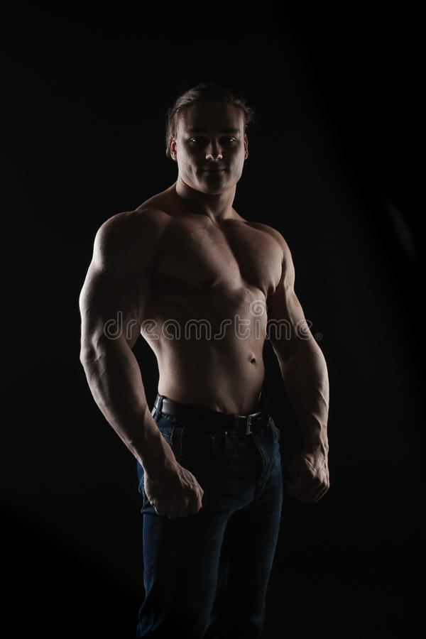 赤裸有长的金发的躯干男性爱好健美者运动员在演播室 免版税库存图片