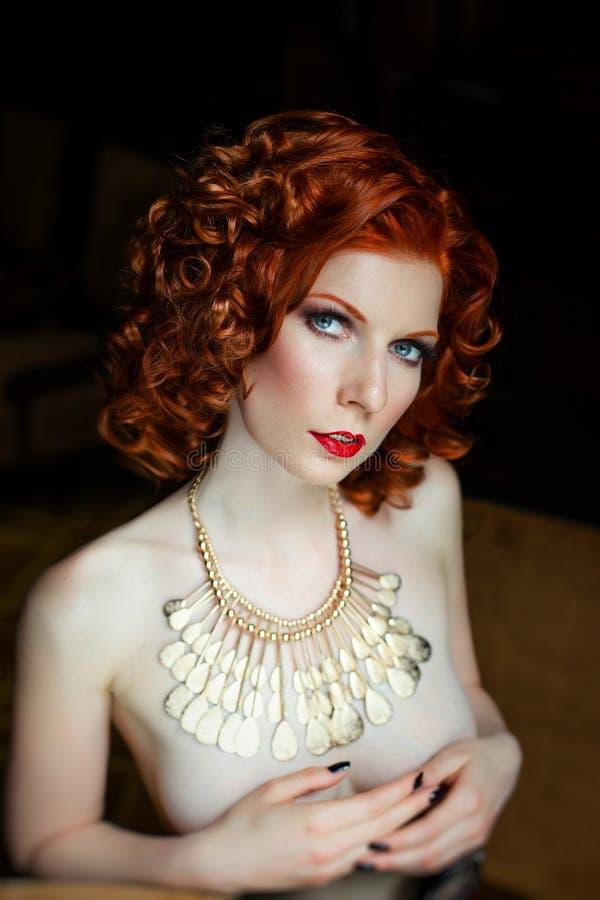 赤裸肉欲的红发女孩 库存照片