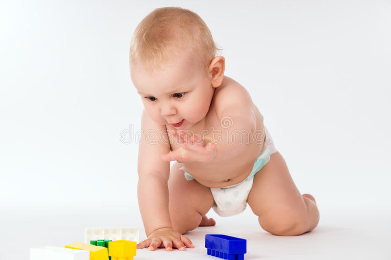 赤裸婴孩在所有fours爬行 免版税库存图片