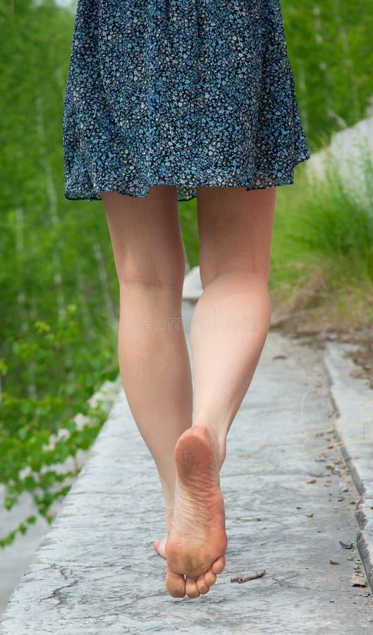 赤足是妇女年轻人 免版税图库摄影