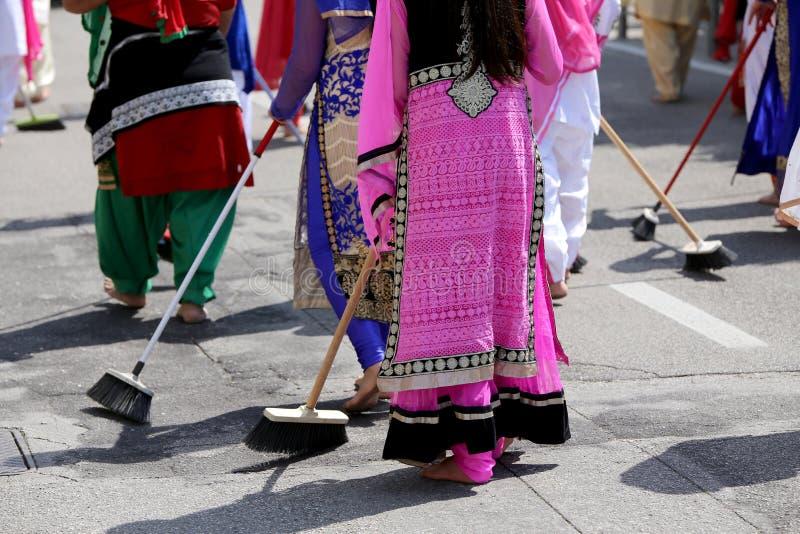 赤足许多锡克教徒妇女,当清除路在Si期间时 免版税库存照片