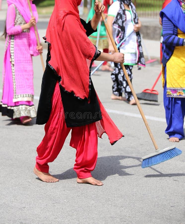 赤足许多锡克教徒妇女,当清除路在Si期间时 库存图片