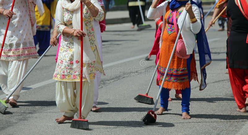 赤足许多锡克教徒妇女,当清除路时 库存照片