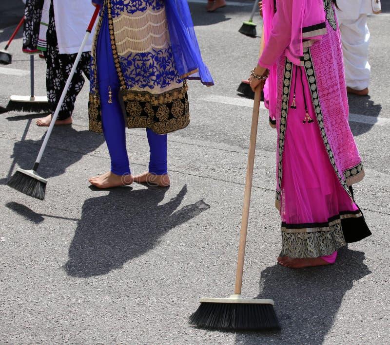 赤足许多锡克教徒妇女,当清除路时 免版税库存图片