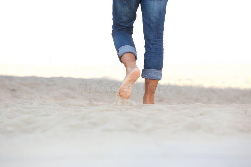 赤足走在沙子的男性脚在海滩 免版税库存图片
