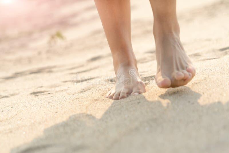赤足走在海滩的白色沙子自然的妇女 夏天旅行 免版税库存照片