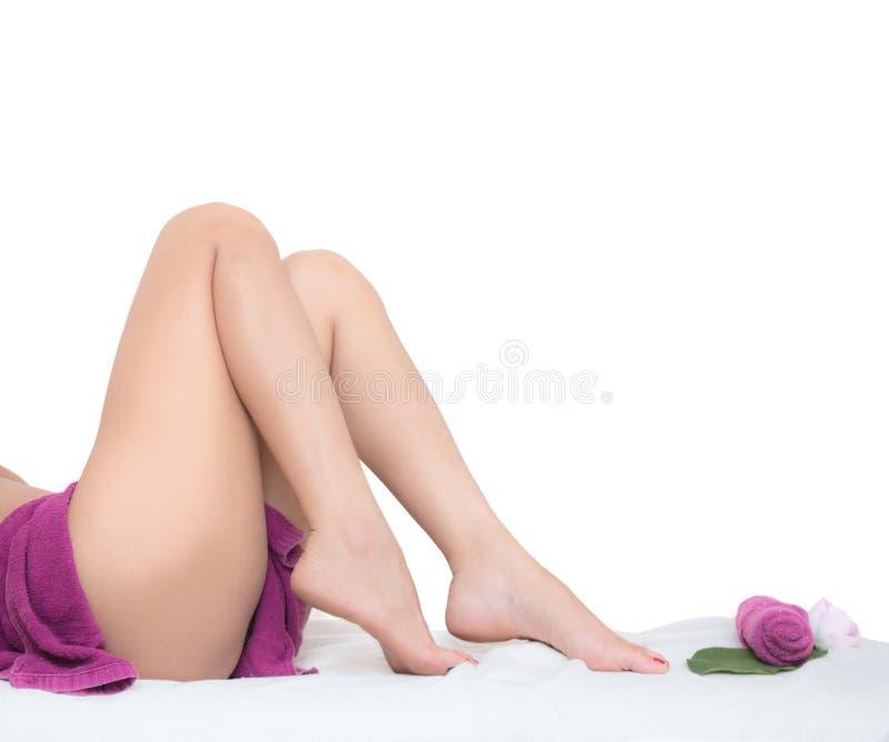 赤足说谎在白色背景的美好的女性腿 库存图片