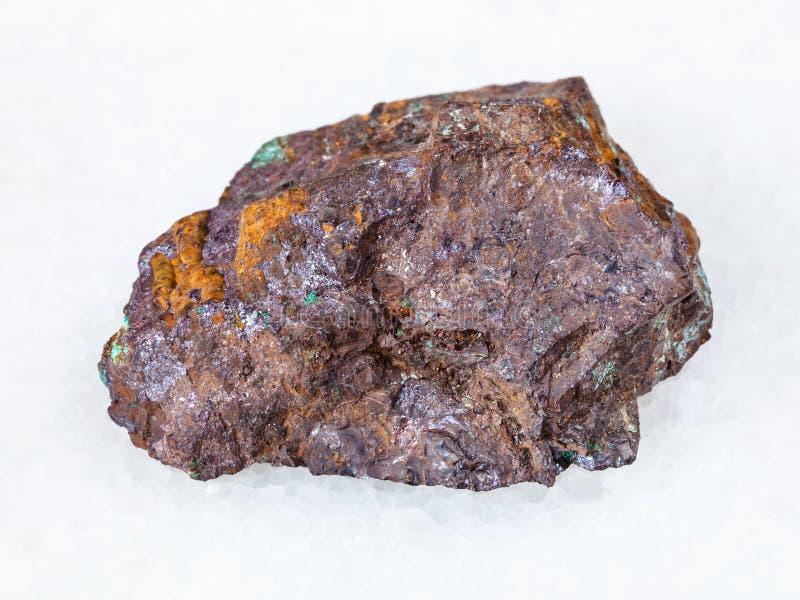 赤铜矿和绿沸铜在褐铁矿在白色晃动 图库摄影