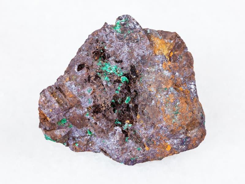 赤铜矿和绿沸铜在褐铁矿石头在白色 图库摄影