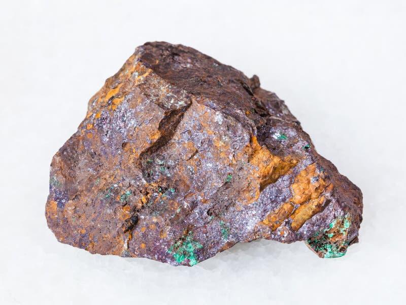 赤铜矿和绿沸铜在褐铁矿矿物在白色 库存照片