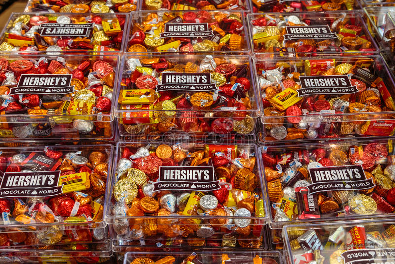 赫尔希` s著名巧克力亲吻和被分类的糖果 图库摄影