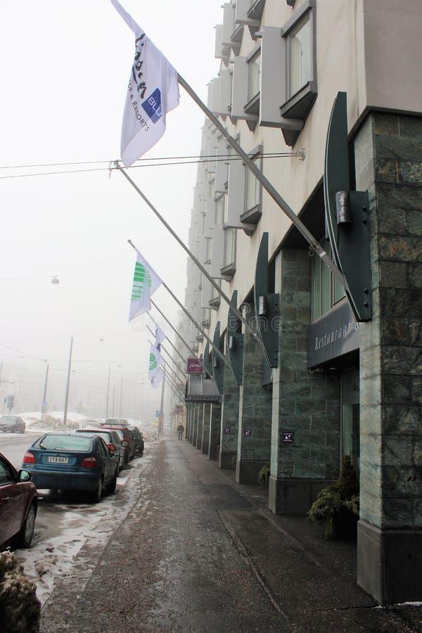 赫尔辛基,芬兰,2012年3月 沿拉迪森旅馆的街道在一个有雾的春天早晨 库存照片