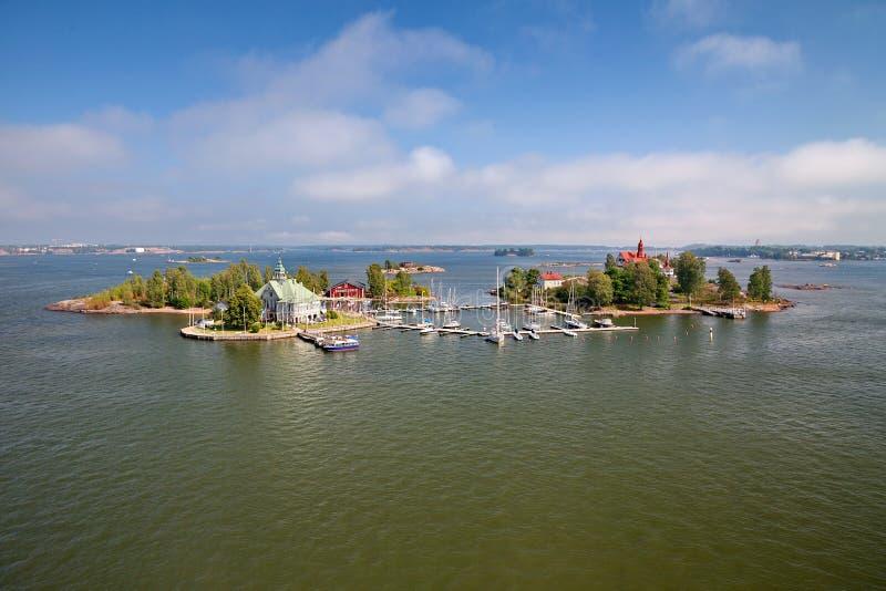 赫尔辛基,芬兰-从轮渡的夏天海景,小海岛在波罗的海附近的赫尔辛基 图库摄影