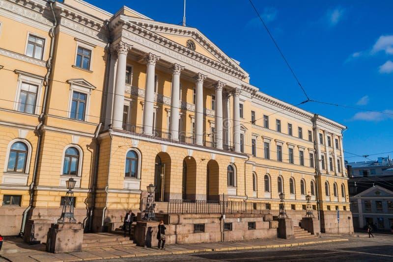 赫尔辛基,芬兰- 2016年8月24日:黄色在Helsin上色了枢密院广场的圆柱状政府宫 库存照片