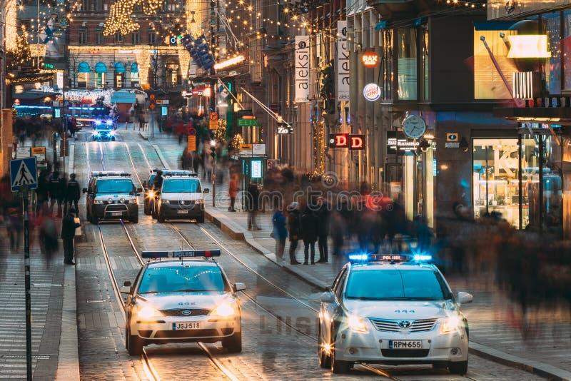 赫尔辛基,芬兰 警察在Aleksanterinkatu提供安全 库存图片