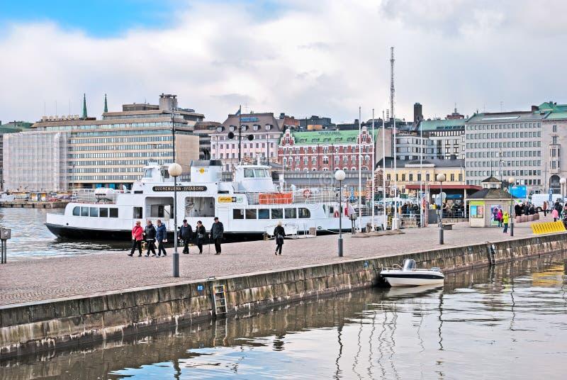 赫尔辛基 芬兰 人们临近码头到芬兰堡堡垒 库存照片
