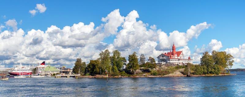 赫尔辛基/芬兰–09-16-2018:芬兰赫尔辛基的赫尔辛基南港全景、卢奥托岛和渡轮 库存照片