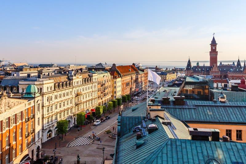 赫尔辛堡市全景中心街道,有城镇厅塔的,瑞典 免版税库存照片