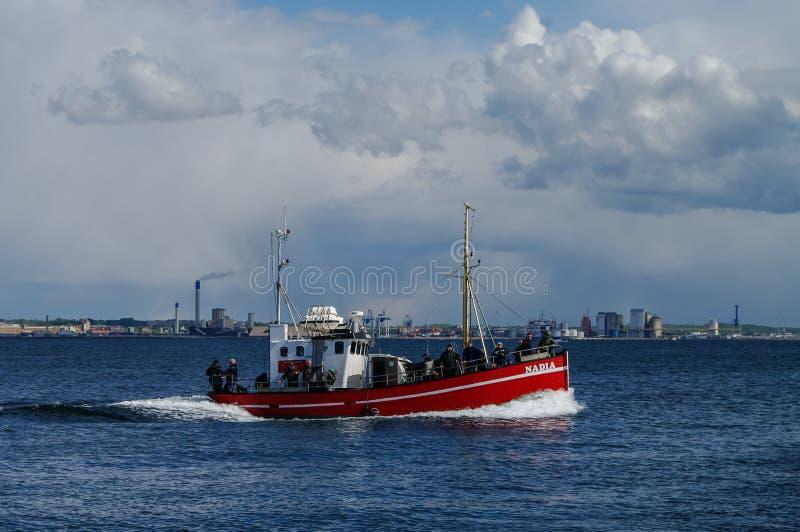 赫尔辛堡,丹麦- 1可以2011年:在赫尔辛堡附近的渔船 免版税图库摄影