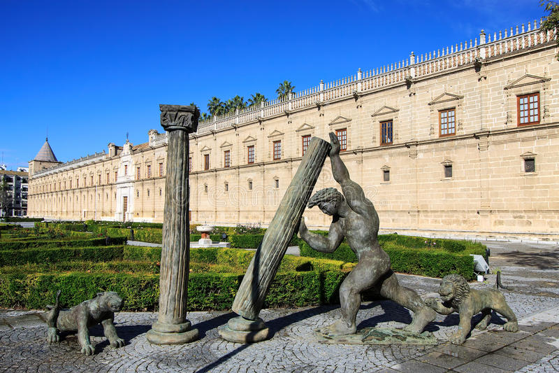 赫拉克勒斯雕象在安大路西亚议会大厦,塞维利亚,西班牙前面的 免版税库存图片