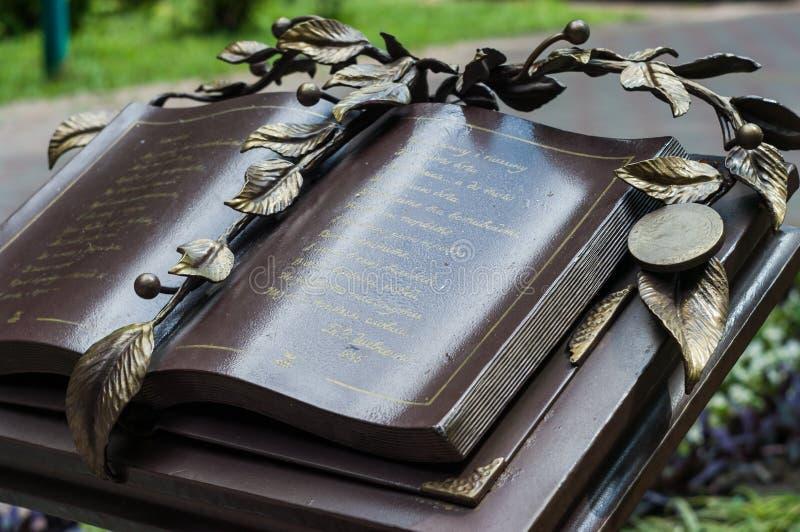 赫梅利尼茨基,乌克兰- 2017年7月29日:一本书的雕塑在Th的 免版税库存图片