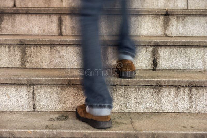 走一个老石楼梯的人 免版税库存照片