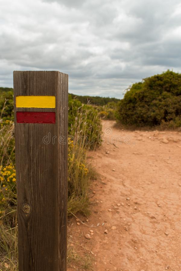 走下去fingerpost在阿尔加威,葡萄牙 库存照片