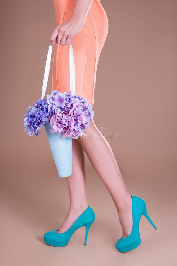 走与八仙花属的妇女开花花束 库存图片