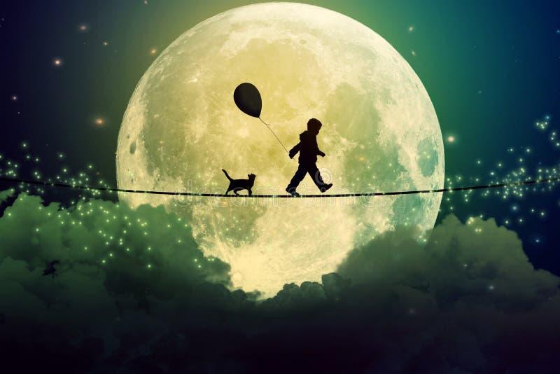 走与在紧的绳索的气球的少年和猫在云彩上 免版税库存图片