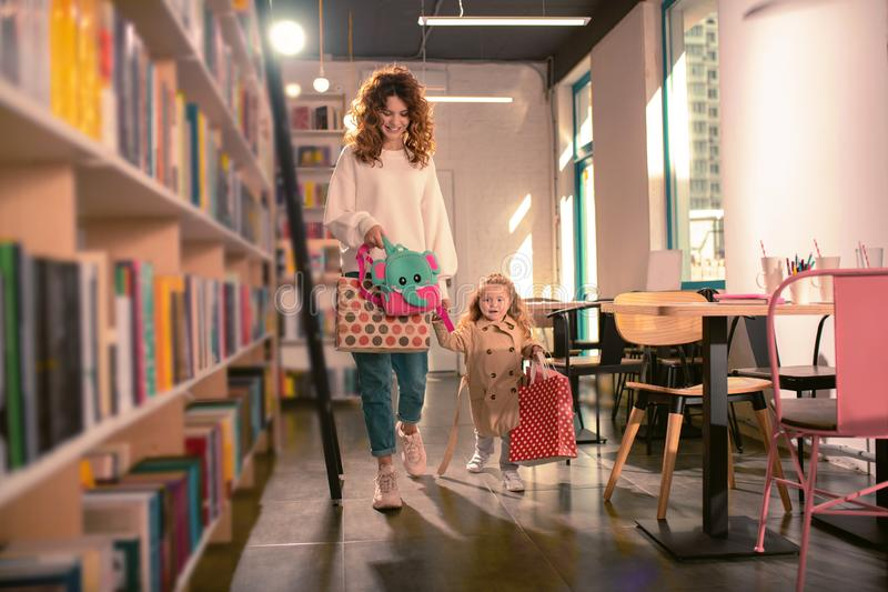 走与她的孩子的正面高兴年轻妈妈 免版税库存图片