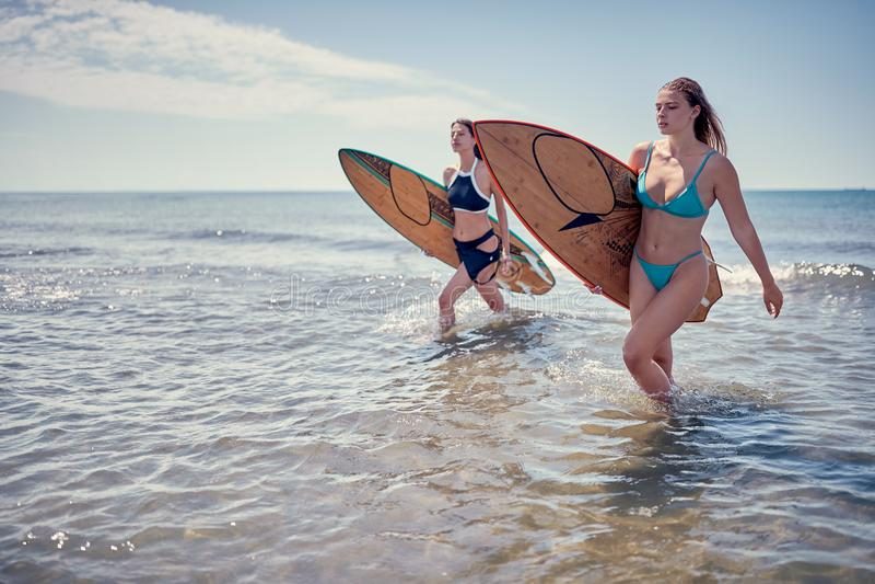 走与委员会的冲浪者女孩 冲浪者女孩 美丽的年轻Wom 库存图片