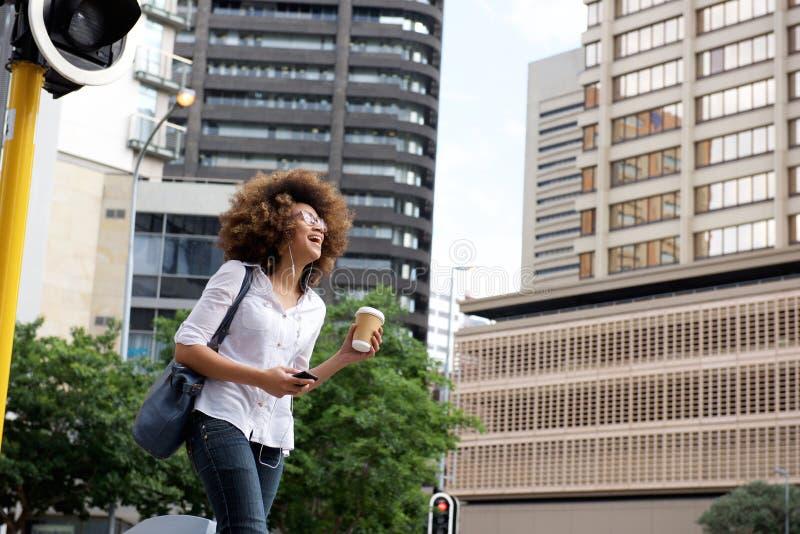 走与巧妙的电话和耳机int他城市 免版税图库摄影