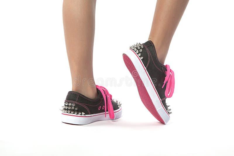 走与有螺柱的新的鞋子的女孩 库存照片