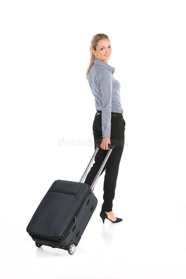 走与行李和微笑的美丽的女孩 库存照片