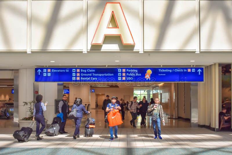 走与行李的人们在终端A地区在奥兰多国际机场3 库存图片