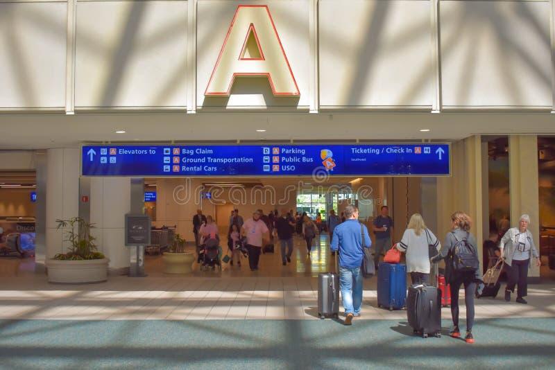 走与行李的人们在终端A地区在奥兰多国际机场4 库存照片