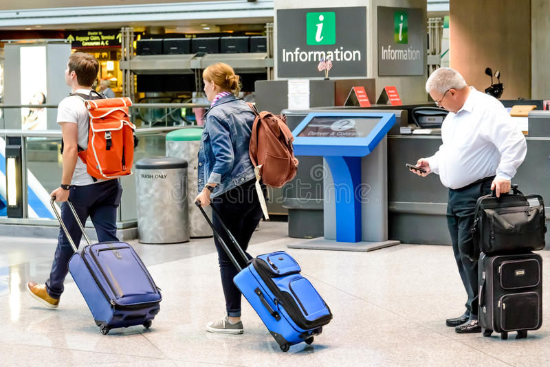 走与行李的人们在机场 库存照片